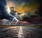 Landstraße mit Blitz Stockbild