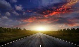 Landstraße mit einem dunklen Himmel lizenzfreie stockbilder