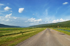 Landstraße mit Himmel lizenzfreies stockbild