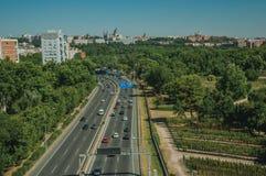 Landstraße mit starkem Verkehr und Bäume in Madrid stockbilder