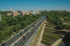 Landstraße mit starkem Verkehr und Bäume in Madrid stockfoto