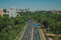 Landstraße mit starkem Verkehr und Bäume in Madrid stockbild