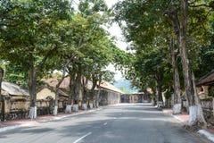 Landstraße mit vielen alten Häusern in der Betrug Dao-Insel in Vietnam Stockfoto