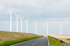 Landstraße mit Windturbinen und -schafen Stockbild