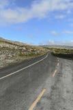 Landstraße schneidet die Burren-Kalkstein Karstlandschaft Lizenzfreie Stockbilder