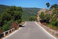 Landstraße, Sierra de Los Alcornocales, Spanien. Stockbild