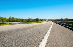 Landstraße in Ukraine und Landschaft mit Feldern Stockfotos