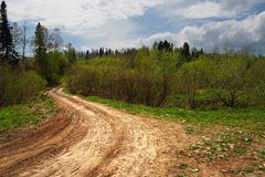 Landstraße und blauer Himmel. Sibir. Stockbild