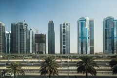 Landstraße und Metro in Dubai, UAE Lizenzfreies Stockbild