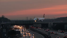Landstraße und mit einem Taxi fahrendes Flugzeug stock video