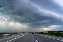 Landstraße und Sturmhimmel stockbilder