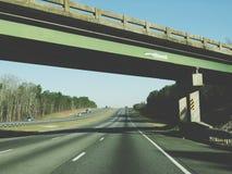 Landstraße unter einer Brücke Stockfoto