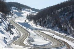 Landstraße unter Schneeberg, Belokurikha, Altai, Russland Lizenzfreie Stockfotos