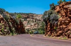 Landstraße in Zion National Park, Utah, USA Sommerabenteuer Lizenzfreie Stockbilder