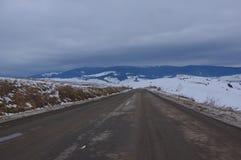 Landstraße zu den Bergen lizenzfreie stockbilder