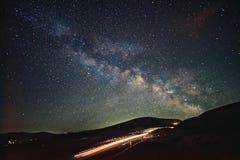 Landstraße zu den Himmeln Hintergrund ist mit Sternen voll Stockfotos