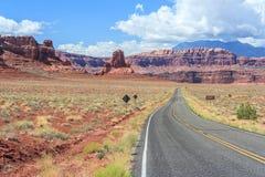 Landstraße zu Hite Marina Campground auf See Powell in Glen Canyon National Recreation Area stockbild