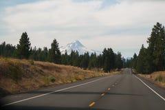 Landstraße zu Mt Haube, Oregon stockfotografie