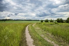 Landstraße zum Feld stockbild