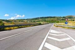 Landstraßen-Überführung im Tal in Sizilien Lizenzfreie Stockbilder