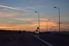 Landstraßen-Straße bei Sonnenuntergang Stockbilder