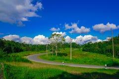 Landstraßen- und -naturansicht mit blauem Himmel stockfoto