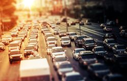 Landstraßen-Verkehr bei Sonnenuntergang Lizenzfreie Stockfotografie
