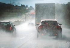 Landstraßen-Verkehr des starken Regens stockfotografie
