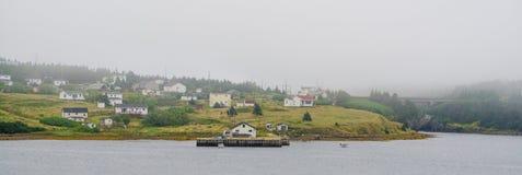 Landstraßenansicht der Kleinstadt in Küsten-Neufundland, Kanada lizenzfreie stockbilder