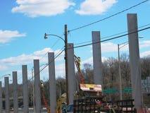 Landstraßenarbeitskraft, die eine solide Wand errichtet stockfoto