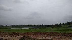 Landstraßenbauarbeit am hügeligen Bereich in Gujarat lizenzfreies stockbild