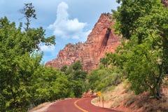 Landstraßeneingang und szenischer Antrieb zu Zion National Park in Utah Stockfotografie