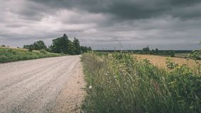 Landstraßengasse beleuchtete, indem sie Retro- Blick der sonnen- Weinlese glättete Lizenzfreie Stockbilder