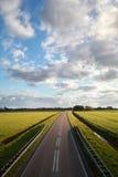 Landstraßenstraße und blauer Himmel Stockbilder