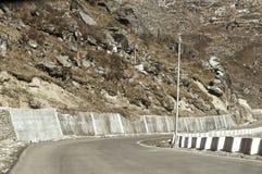 Landstraßenstraßenansicht von Grenze Indiens China nahe Nathu-Lagebirgspass im Himalaja, der indischen Staat Sikkim mit China ans stockbild