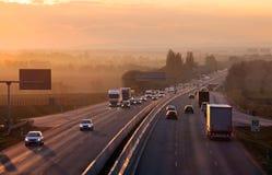 Landstraßentransport mit Autos und LKW Lizenzfreies Stockfoto