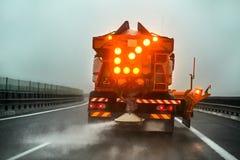 Landstraßenwartung Gritter-LKW, der Salz de icing auf Straße verbreitet lizenzfreies stockfoto
