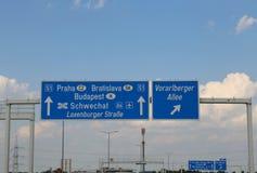 Landstraßenzeichen auf der Grenze zwischen Slowakei und Tschechen Repoublic stockfotografie