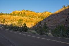 Landstraße in Arizona-Wüste durch Berge lizenzfreies stockbild