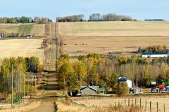 Landstraße und Bauernhöfe im Fall Stockfotografie