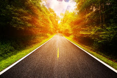 Landstraße zwischen Bezirk zur Stadt mit Bewegungsunschärfe, Reiseweise des Reisenden zur Natur, Straße im Berg Lizenzfreie Stockfotos