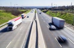Landstraßentransport mit Autos und LKW Stockfotografie