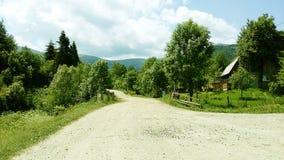 Landsväg i bergen på klar sommardag royaltyfria bilder