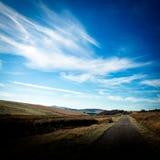 Landsväg med blå sommarhimmel Julian Bound Royaltyfria Bilder