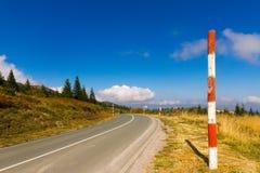 Landsväg med handbok-stolpar Arkivbilder