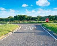 Landsväg med stopptecknet Royaltyfri Foto