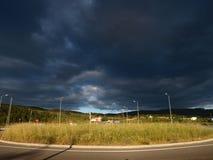 Landsväg med stormig himmel fotografering för bildbyråer