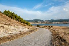 Landsväg in mot sjön i Navarra, Spanien arkivbild
