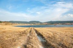 Landsväg in mot sjön i Navarra, Spanien arkivfoton