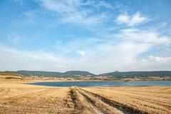 Landsväg in mot sjön i Navarra, Spanien Arkivfoto